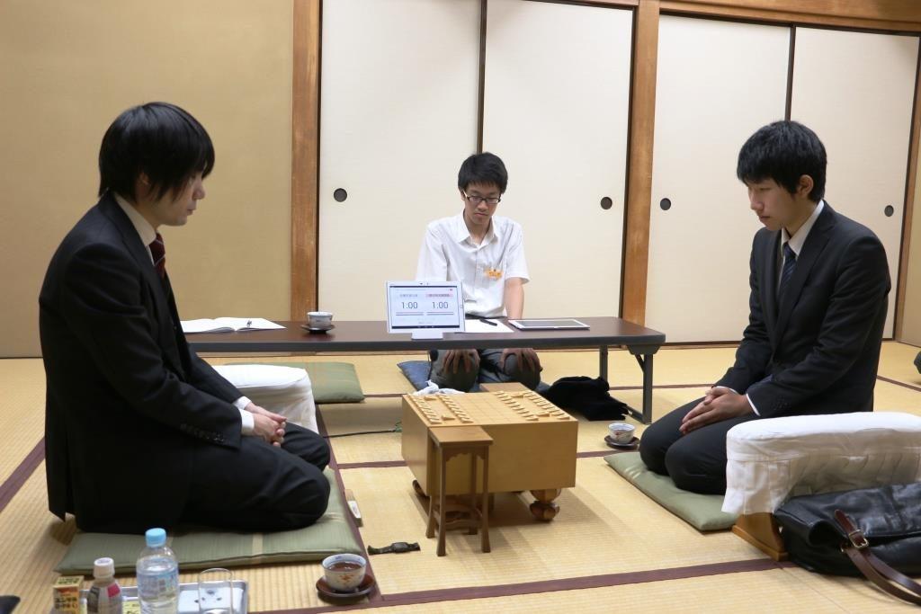 佐藤天彦九段(左)と佐々木大地四段