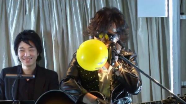 『X JAPAN』Toshlの想像の斜め上を行くのステージ演出! スマイルマークの風船が会場を埋め尽くす