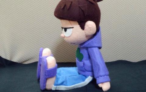 フェルト人形で『おそ松さん』一松を再現。ちょこんと自立して座ります。
