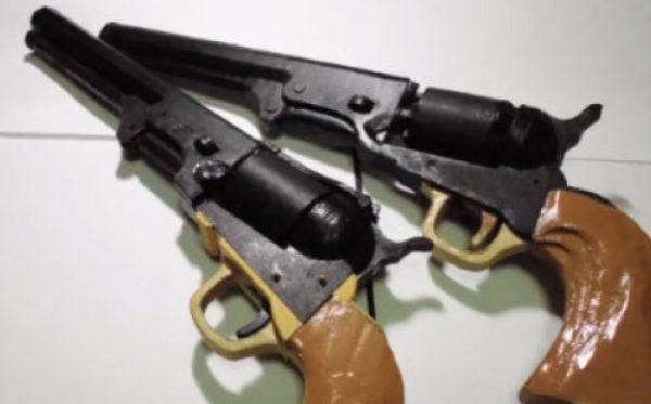 これがダンボール製だと…?シングルアクション式リボルバーゴム銃。ローディングゲートの開閉、弾倉も回って連射も可能!