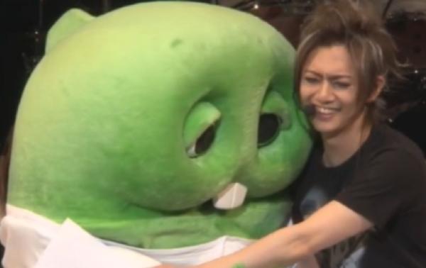 ゴールデンボンバー 喜矢武豊さんが自身の誕生パーティーで、ガチャピンに突然の激白!「君を愛してるからパクりました」
