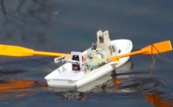 真っ直ぐにしか進まないタミヤの工作キットを、操舵できるラジコンボートに改造してみた。人間が漕いでるみたいです。