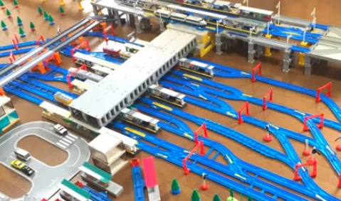 プラレールのパーツの多さに驚愕! 「広島駅を再現してみた」の出来栄えに鉄道オタクも納得?