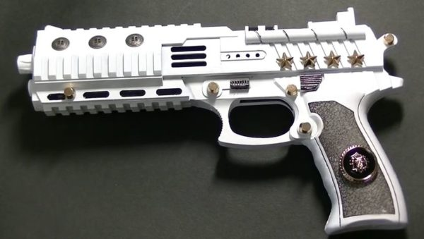 溢れ出る中二病。100円ショップの材料だけで装飾した「銃のおもちゃ」がアニメ&ゲームに出てきそうな仕上がり具合