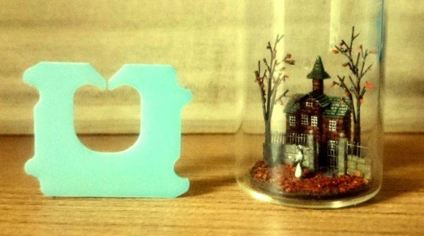 ガラス瓶の中に、パンの袋を留めるあのクリップより小さい秋の景色を作ってみた。←スモールライト使いました?