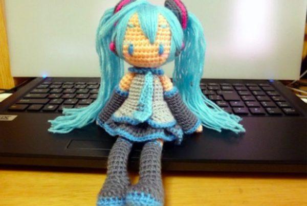 初音ミクを毛糸で編んでみた。自立して、スカートの中もバッチリ再現!?