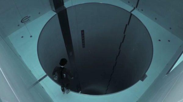 水深40mのプール「Y40」をプロダイバーが、酸素ボンベなしで潜ってみた。見ているこっちが息苦しくなる……