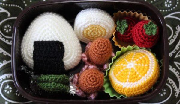 お弁当の中身を毛糸で編んでみた。タコさんウィンナーもおにぎりも全部毛糸!