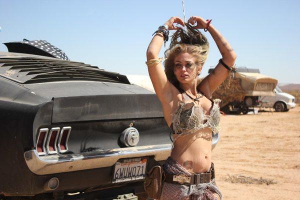 荒野に現れた『マッドマックス』をこよなく愛する美女たち in モハーヴェ砂漠