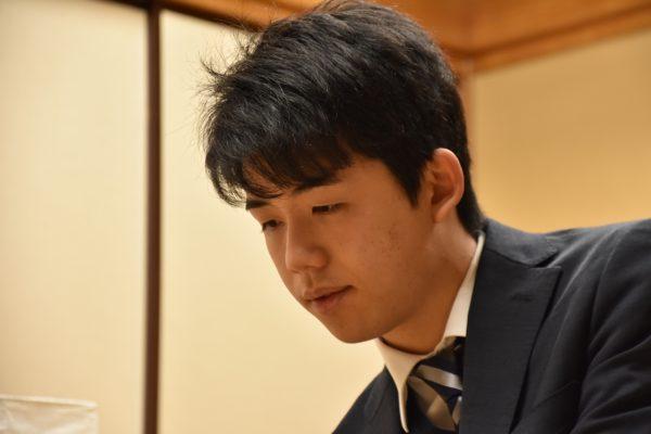 藤井聡太七段が史上最年少・最速で通算100勝を達成(羽生竜王らの祝福コメントも掲載)