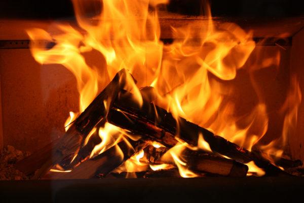 聖なる夜、ただただ薪が燃え続ける様子をみんなで見守りませんか? 24時間完全生中継が決定