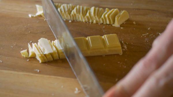包丁でチョコを刻む音が最高にエモい……目と耳で楽しむチョコマンディアンの料理動画
