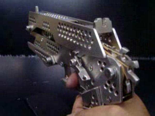 執行対象ではありません。見た目はまるで「サイコパス」のドミネーター。フルメタルのセミオート式輪ゴム鉄砲を作ってみた