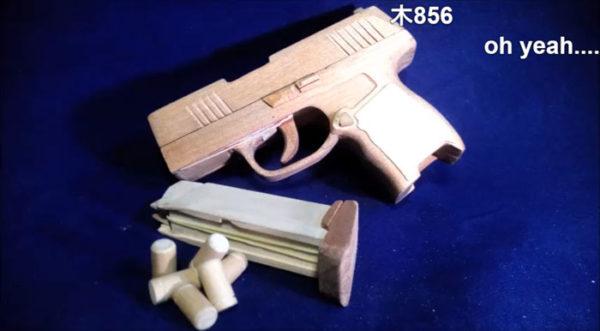 """超本格的なゴム銃を""""木""""で作ってみた。マガジンの装填、薬莢の排出機構も再現! 気になる威力は?"""