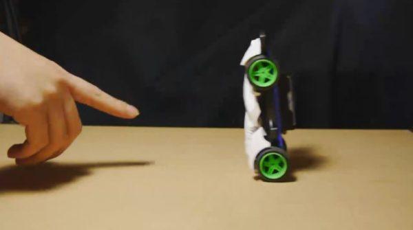 """魔改造したミニ四駆が見せる""""ミニ四駆の概念""""を崩す走りに「なんだセグ◯ェイか」「四駆だが四駆で走るとは言ってない」"""