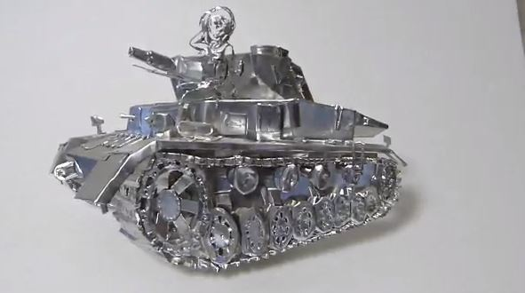 『ガールズ&パンツァー』IV号戦車D型と西住殿をアルミで立体化。フィギュアかと思いきや角度を変えて見てみると…「どうやったのこれ!?」