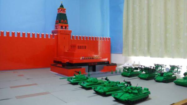 """ズラリと並んだレゴ戦車たち。ロシア陸軍""""赤の広場""""を車体の特徴を捉えた完成度の高い戦車隊で再現してみた"""