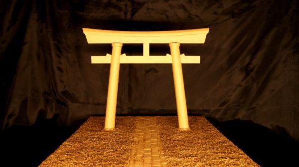 ぜーんぶダンボールで作られた鳥居 参道の玉砂利まで再現した匠の業に「これは紙様がお通りになりそう!」