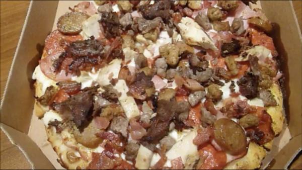アメリカのドミノピザで肉9種ぜんぶトッピングしてみた結果…山盛りになったハードコアピザに現地店員もタジタジ【飯テロリズム】