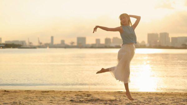 ロングヘアの乙女が夕陽をバックに優雅にダンス 魅せるしなやかなポーズの数々に「こんな美しい人間いるのか」