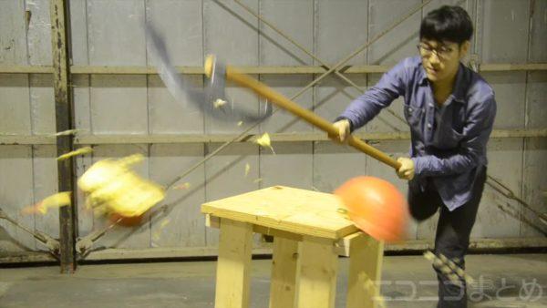 ハロウィン用にカボチャを叩き割る巨大斧をつくってみた! 作った本人すらビビる破壊力に思わずツッコミ「自分でドン引きするなw」