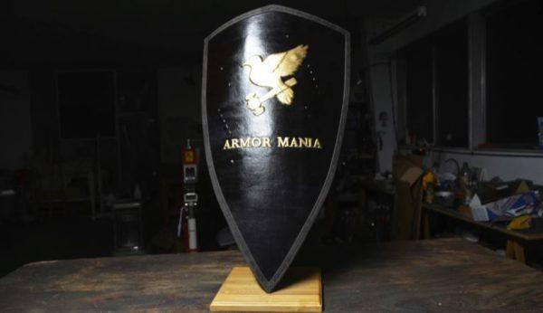 """実戦で使用可能な""""騎士の盾""""を作ってしまった男――「ジェラルミンの板」を謎の鍛冶技術で「紋章入りの盾」に改造する一部始終"""