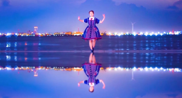 フォトジェニックな水辺で踊る少女のダンスが尊すぎる 幻想的な水面と空の表現に「神秘的だ…美しい」の声
