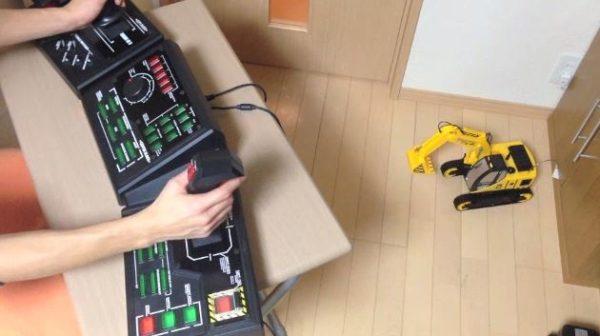 もはや本物の重機の運転席! XBOX版『鉄騎』コントローラーでラジコンショベルカーを操縦する様子に男のコ心がキュンキュンな件