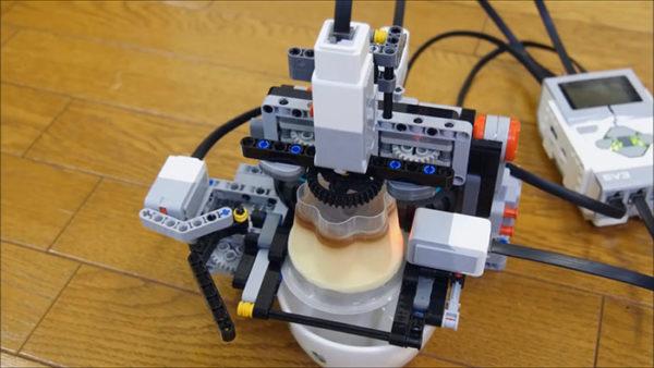 レゴでプッチンプリンをプッチンする機械を作ってみた→想定外のプッチンに爆笑不可避「なんだこれハイテクwww」