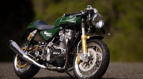 """排気音が聞こえてきそうな完成度! チェーンの1つ1つに至るまで""""全て紙で""""作ったバイクが精巧すぎて「多分これは本物です!」の声"""