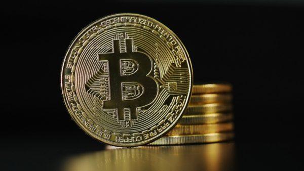 「ビットコインが値上がりしているのではなく、国家が発行する通貨の価値が下落している」――『ビットコインバブル』に小飼弾が言及