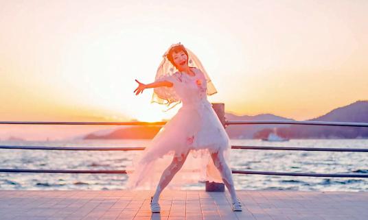 純白の天使降臨! 海辺で舞い踊るウェディングドレス姿の美少女と夕陽のコントラストが尊すぎる