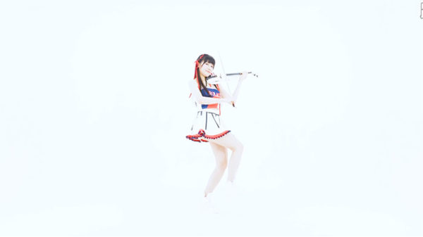 "DA PUMPの「カーモンベイビーアメリカ!」をバイオリンで""弾き踊り""する美女がすごい。全くブレない姿勢に「体幹相当鍛えてるな」の声"
