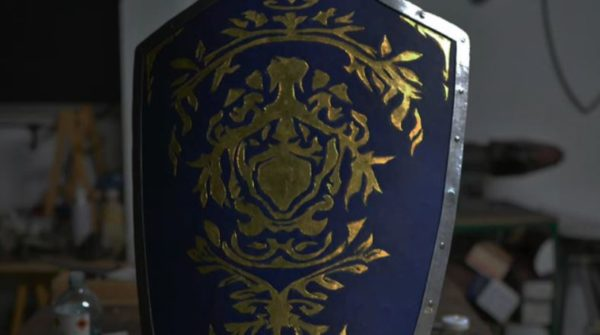 """『DARK SOULS III』""""実際に使える""""紋章の盾を作ってみた。青い革に金箔で描かれた紋章が美しすぎて、実戦で使うにはもったいない完成度!"""