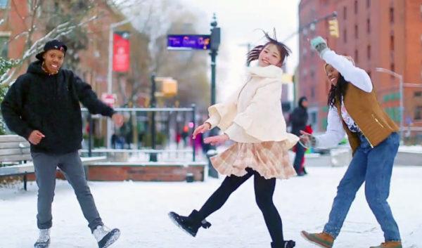 """雪が舞い散るニューヨークの街角で…ポニテ美少女&外国人ダンサーによる振り付けが尊すぎる件「""""踊ってみた""""が海を越えるってすごい!」"""
