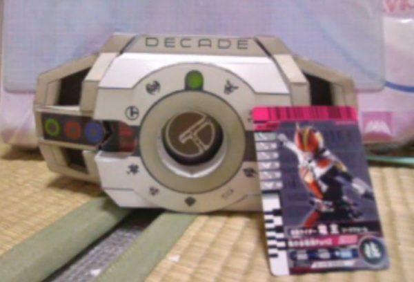 """『仮面ライダーディケイド』の変身アイテム""""ディケイドライバー""""を作ってみた。ライダーカードも入れられる精巧さをなんと""""紙で""""完全再現!"""