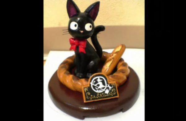 """まるで『魔女の宅急便』の公式グッズ!? """"発砲スチロール""""で作った黒猫のジジがインテリアに抜群の完成度!"""