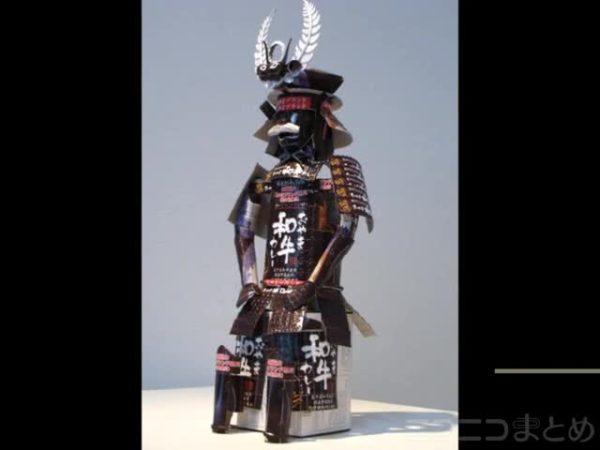 カレーの空き箱から徳川家康の甲冑を作ってみた。面頬(めんぽう)のひげのフサフサ感まで箱で再現する技巧に「こだわってるねぇ」