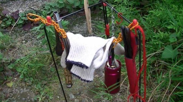 """アウトドアが快適になる""""焚き火用トング置き場""""を作ってみた。軽量で折り畳み可能な実用的すぎる作りに「パクらせて頂きます」"""