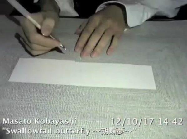 壮観! コピー用紙に並ぶ手書きの「あ」10万個。約1年間、書き続ける様子を記録した動画に賞賛の声「すげぇ!」「手の側面が恐ろしいことになりそう」