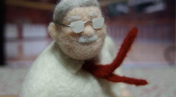 ズボンのシワも正確に再現!羊毛フェルトで『スラムダンク』安西先生を作ってみた。