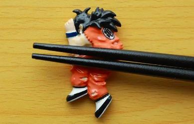 無茶しやがって…… ヤムチャ vs サイバイマンのあの名シーンを箸置きで完全再現。足元に転がっているのは……?