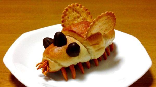 バターロールパンをお菓子でデコレーションしてみた。王蟲のようなパンがたけのこの里軍団を食い荒らす!?