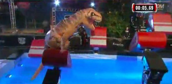 軽やかな身のこなしに観客も大興奮! 海外版『SASUKE』にティラノサウルスが参戦