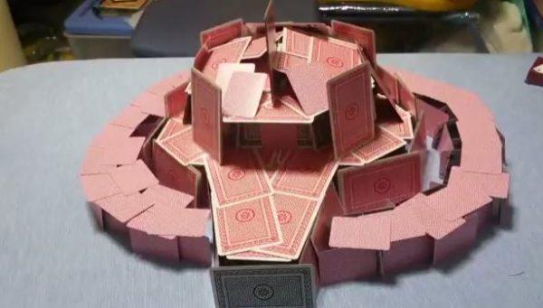 崩れなければどうということはない! 『シャア専用ザクⅡ』をトランプだけで組み立ててみた