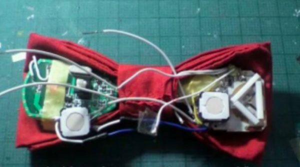 『名探偵コナン』の蝶ネクタイ型変声機を作ってみた。ソファの陰に隠れて難事件を解決しよう