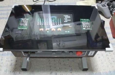 東方もインベーダーもプレイ可能! 喫茶店の「ゲーム内臓テーブル筐体」をミニサイズで自宅に再現