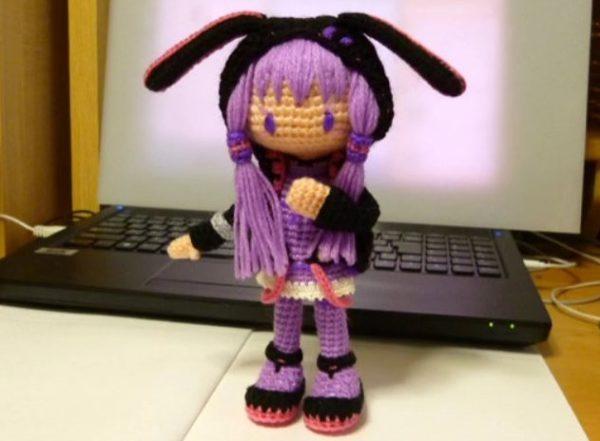 """うさ耳フードの結月ゆかりちゃんを手編みで作ってみた。フワフワの""""あみぐるみ""""が作られていく様子に編み物を始めたくなる人続出"""