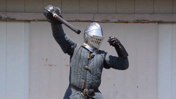 『ダークソウル』っぽい上級騎士の兜を作る職人。凄まじい手間暇で鍛えた一品が、まるで実写版のような完成度「玄関に飾りたい」
