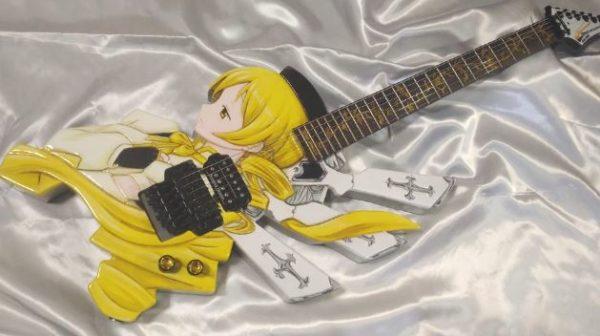 『まどマギ』巴マミの痛ギターを自作してみた。木彫りのボディーにあしらったマミさんの横顔に思わずため息「熱意に感動した」「弾いてみてほしい」